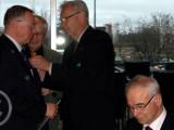 Myös eversti evp Pekka Visurille ja maaherra Eino Siuruaiselle (oik.) ojennettiin muistolahjat  Också f.d. landshövding Eino Siuruainen och överste Pekka Visuri tackades med minnesgåvor